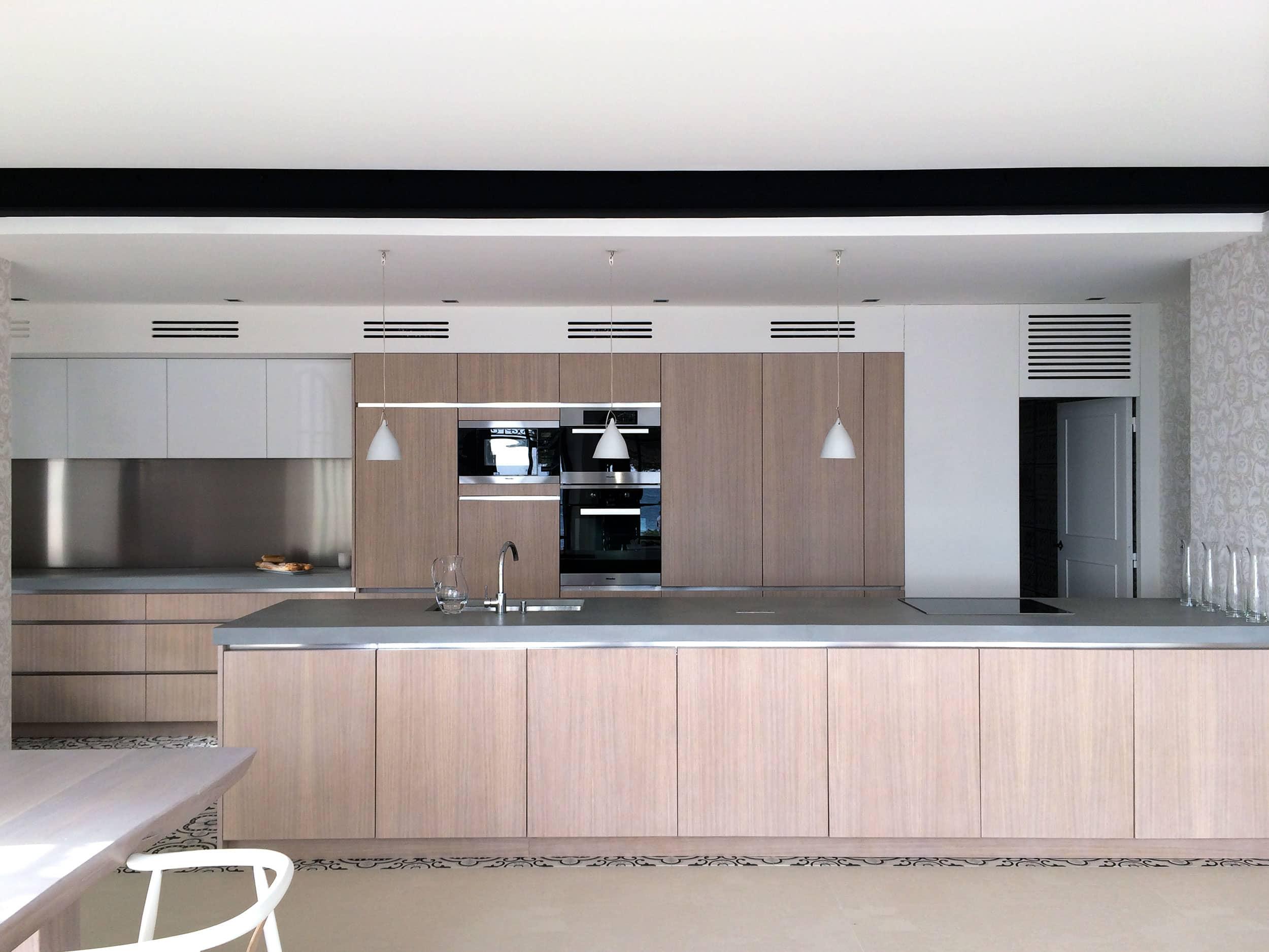 cuisine cassis chene blanchi grand sud agencements. Black Bedroom Furniture Sets. Home Design Ideas
